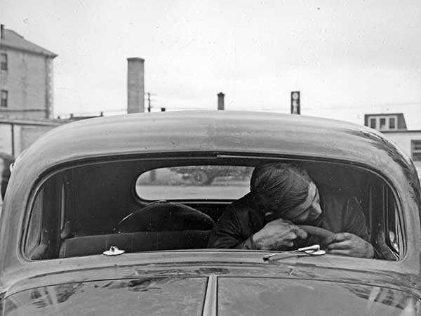 It does not fit. An unidentified man assisted police by demonstrating the unlikelihood that Jonasson's throat was cut when his head went through the windshield.